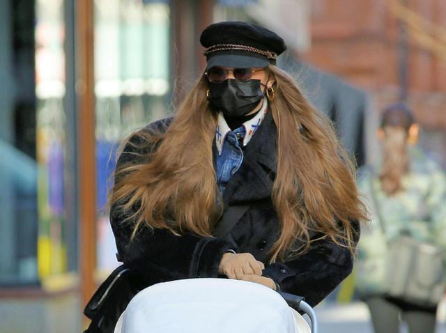 画像: ジジ・ハディッド、娘を連れて初のNY散歩へ!変装がガチすぎてどちら様?【写真アリ】 - フロントロウ -海外セレブ情報を発信