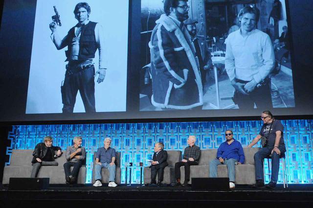 画像: 『スター・ウォーズ』シリーズのキャストとイベントに参加したジョージ・ルーカス監督(左から3番目)。