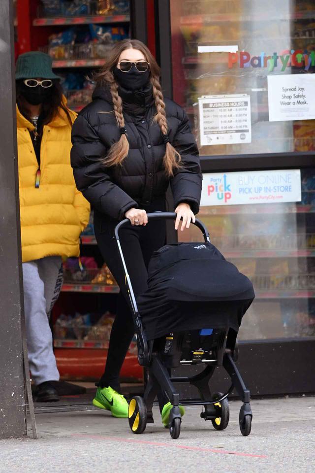 画像1: ジジ・ハディッドが娘とニューヨークを散歩