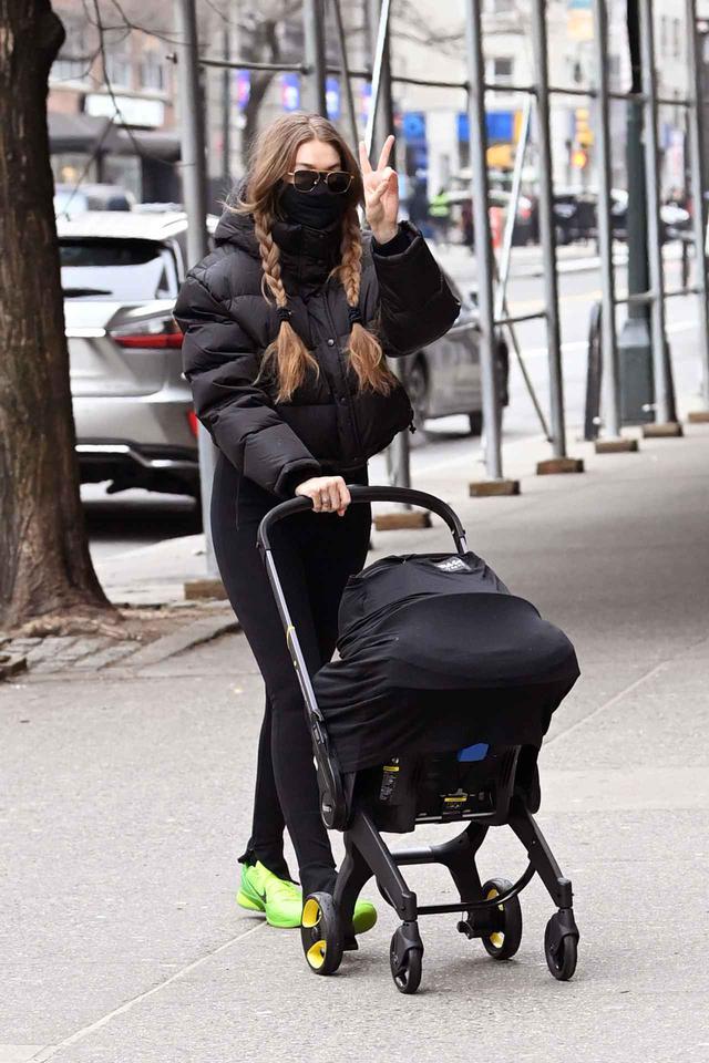 画像2: ジジ・ハディッドが娘とニューヨークを散歩