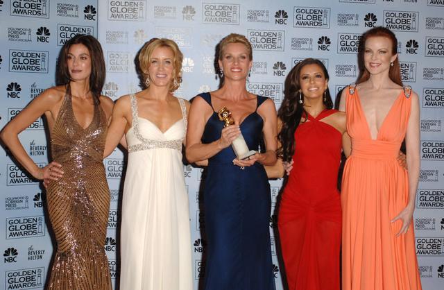 画像: 2006年1月に開催された第63回ゴールデン・グローブ賞のプレスルームにて。左から、テリ・ハッチャー、フェリシティ・ハフマン、ニコレット・シェリダン、エヴァ・ロンゴリア、マーシャ・クロス。