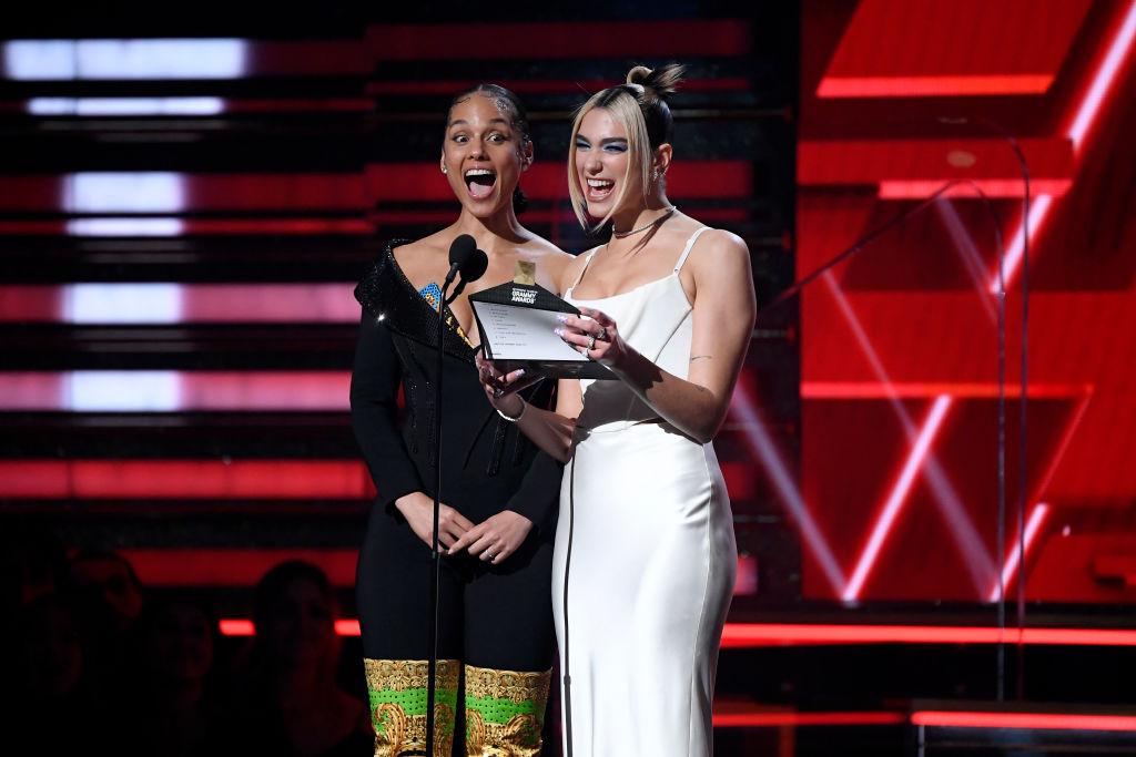 画像: 先輩シンガーのアリシア・キーズとともに最優秀新人賞の受賞者を発表するデュア。受賞者はビリー・アイリッシュだった。