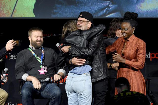 画像: 2019年のニューヨークコミコンで再会した時のローレン・コーハンとジェフリー・ディーン・モーガン。