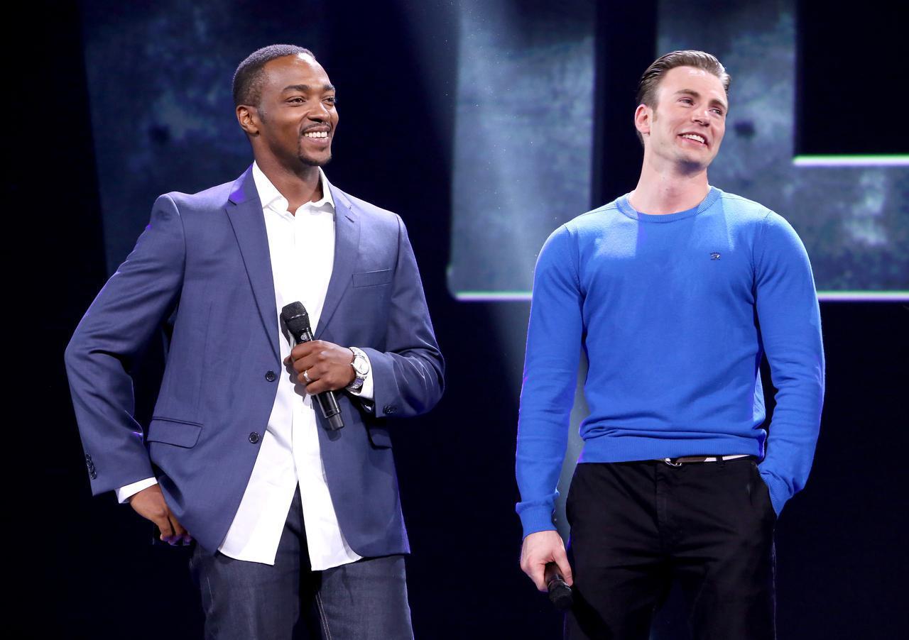 画像: アンソニー・マッキー(左)とクリス・エヴァンス(右)。