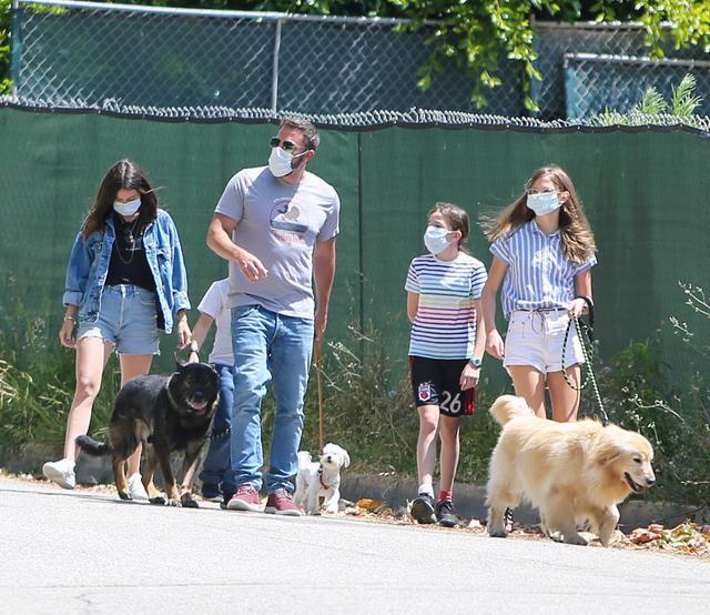 画像: アナがベンと彼の子供たち3人と一緒に犬の散歩に出かける様子も目撃されていたけれど…。