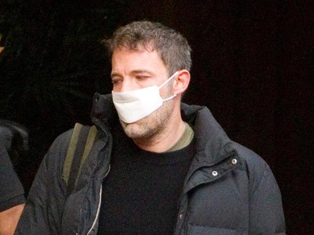 画像: うっかり屋さん?ベン・アフレック、マスクの「サイズ感」を間違えてしまう - フロントロウ -海外セレブ情報を発信