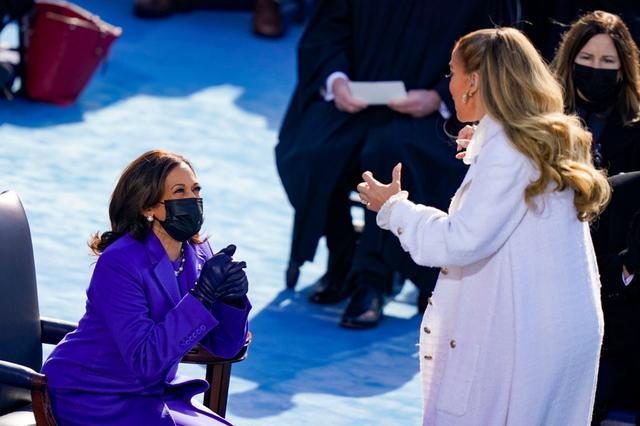 """画像: パフォーマンス後、カマラ・ハリス副大統領と""""エア・ハグ""""をするジェニファー。"""