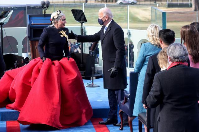 画像3: レディー・ガガが大統領就任式で国歌斉唱