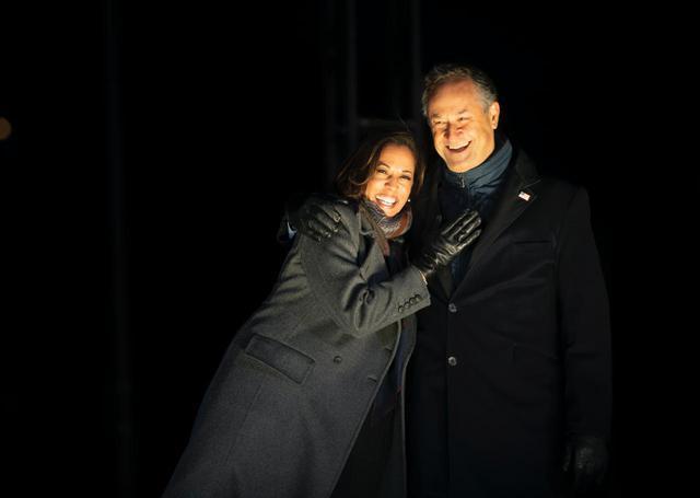 画像: カマラ・ハリス副大統領と夫で弁護士のダグ・エムホフ氏。