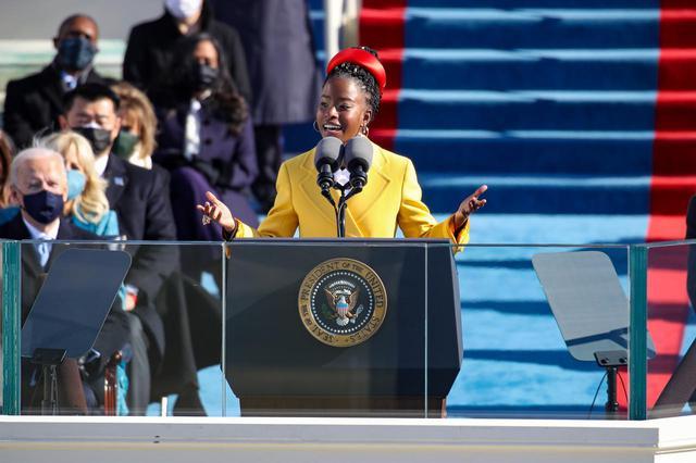 画像: 大統領就任式で喝采を浴びた22歳の詩人
