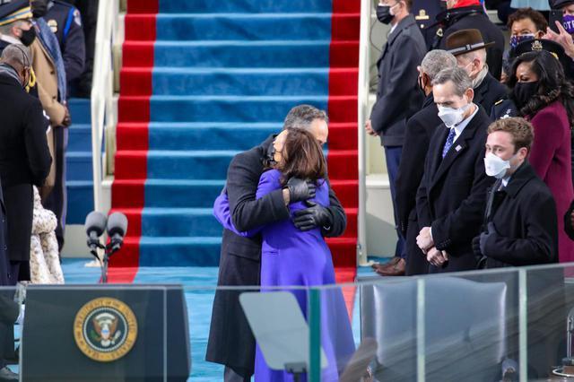 画像: 大統領就任式で熱い抱擁を交わすカマラ・ハリス副大統領と夫のダグ・エムホフ氏。