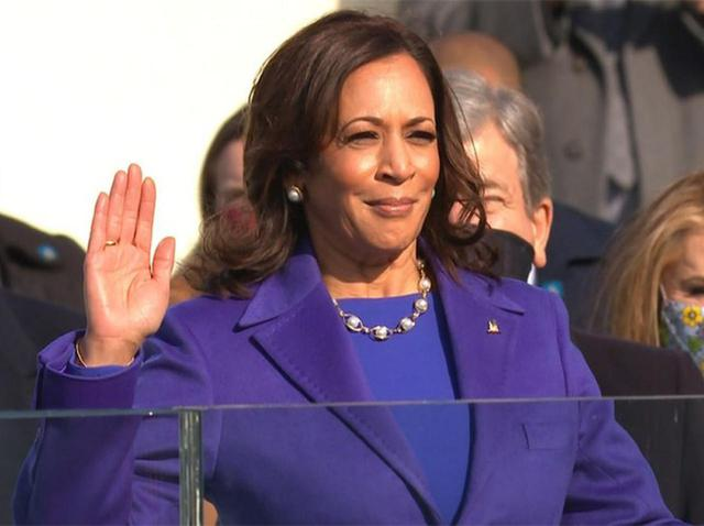画像: ハリス副大統領が着用したロイヤルパープルの衣装