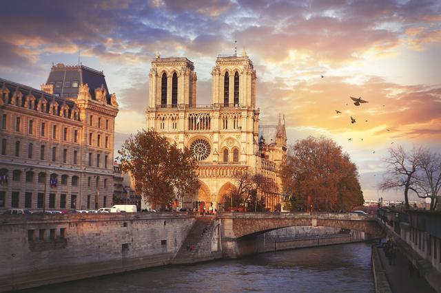 画像: 物語の舞台となったパリのノートルダム大聖堂。2019年4月に大規模火災が発生し、尖塔などを焼失。現在も復旧作業が進められている。