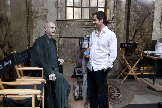 画像: 『ハリー・ポッターと死の秘宝 PART 2』のセットで休憩中のヴォルデモートもといレイフ・ファインズ。