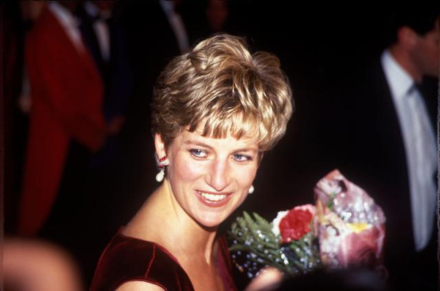 画像: 1991年12月1日、熱心に支援していたHIV関連のチャリティ・ダンスイベントに参加したダイアナ妃。
