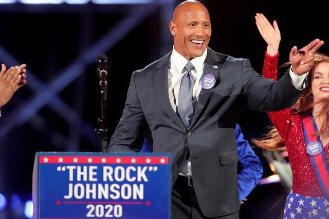 画像: 2017年に人気コメディ番組『サタデー・ナイト・ライブ(Saturday Night Live)』に出演した際、コントで2020年の大統領選挙に出馬する役を演じた。そのなかでドウェインが副大統領に指名したのは俳優のトム・ハンクスだった。