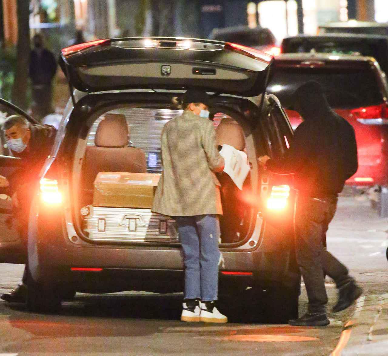 画像: 車に荷物をのせるダイアンとノーマン。