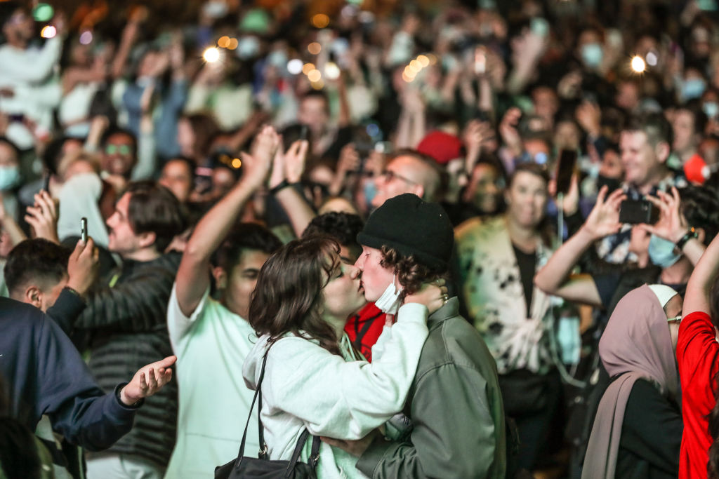 画像: 2021年の元日、メルボルンのフェデレーション・スクエアで新年を祝う大勢の人々。