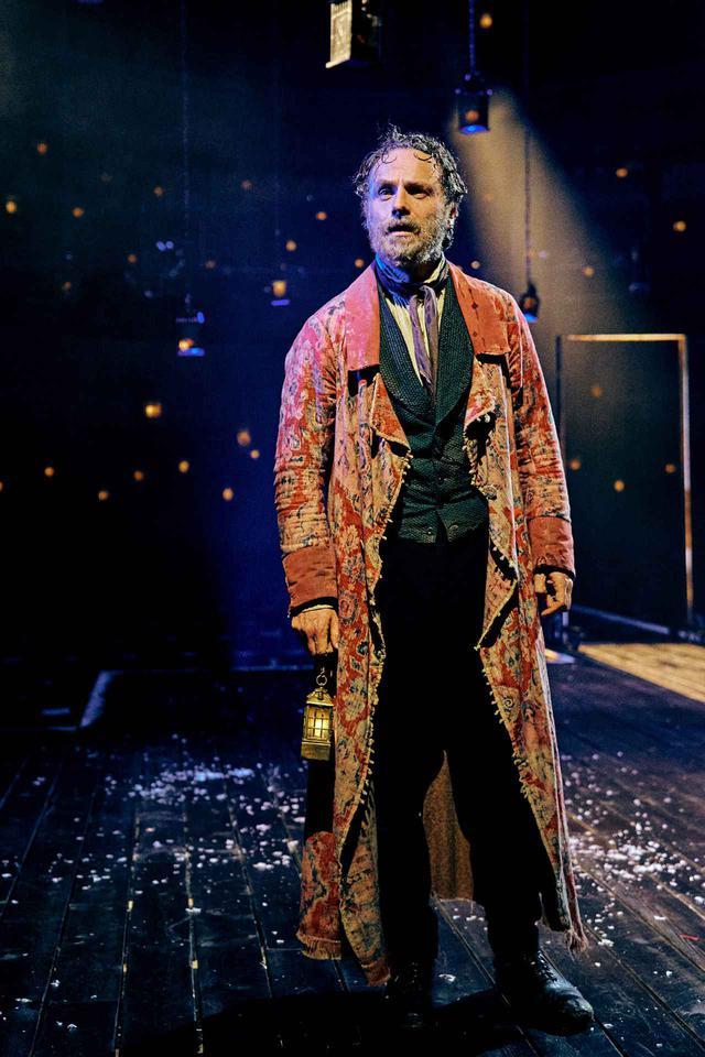 画像: イギリスの文豪チャールズ・ディケンズによる『クリスマス・キャロル』の舞台のリハーサルに臨むアンドリュー・リンカーン。
