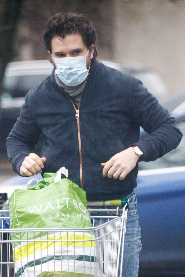画像1: ジョン・スノウはスーパーで買い物をする姿も絵になる
