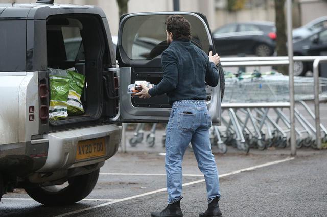 画像4: ジョン・スノウはスーパーで買い物をする姿も絵になる