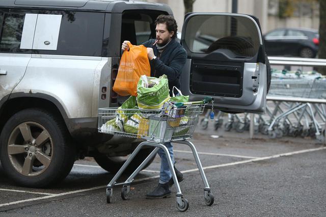 画像2: ジョン・スノウはスーパーで買い物をする姿も絵になる