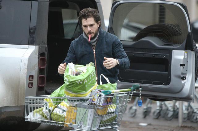 画像3: ジョン・スノウはスーパーで買い物をする姿も絵になる
