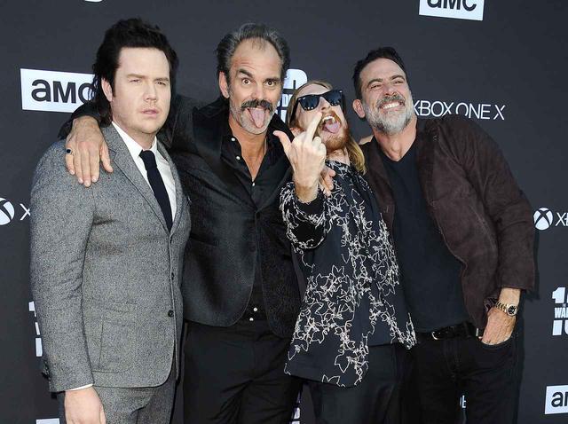 画像: 左より、『TWD』ユージーン役のジョッシュ・マクダーミット、サイモン役のスティーブン・オッグ、ドワイト役のオースティン・アメリオ、ニーガン役のジェフリー・ディーン・モーガン。