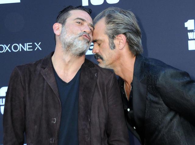 画像: 『TWD』100話記念イベントで会場を盛り上げるジェフリーとスティーブン。