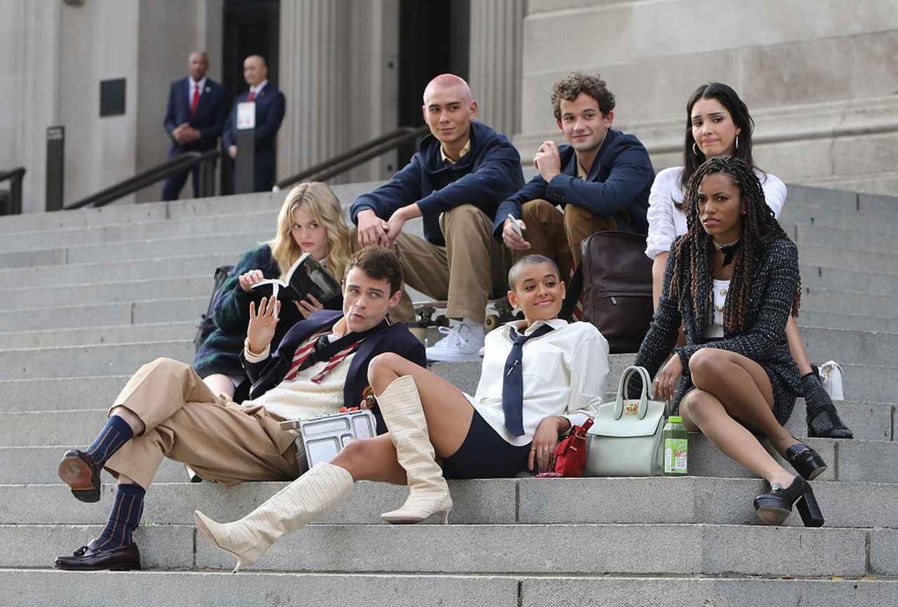 画像: 『ゴシップガール』新作の撮影風景。オリジナル版にも登場したニューヨークのメトロポリタン美術館の階段にて。