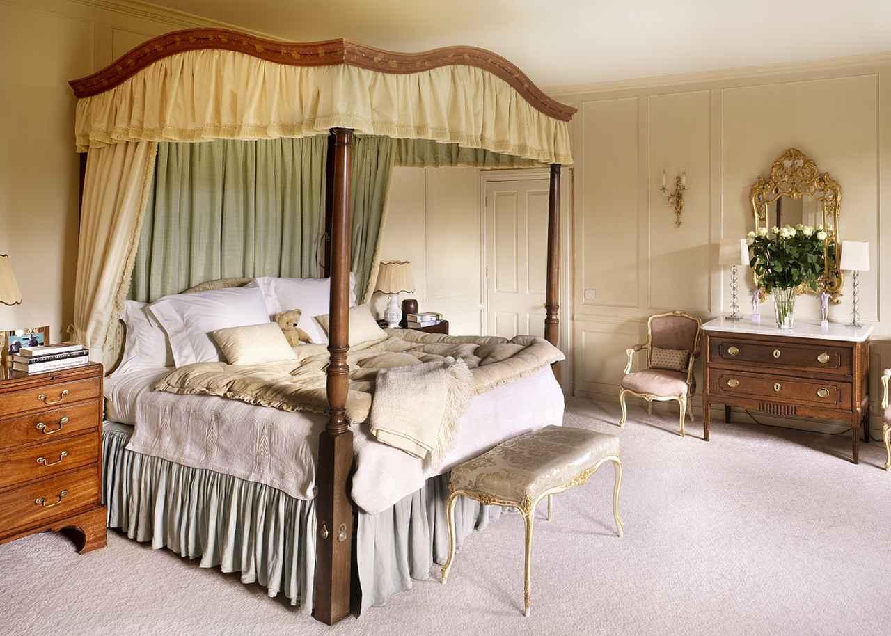 画像: 四柱式ベッドの一例。