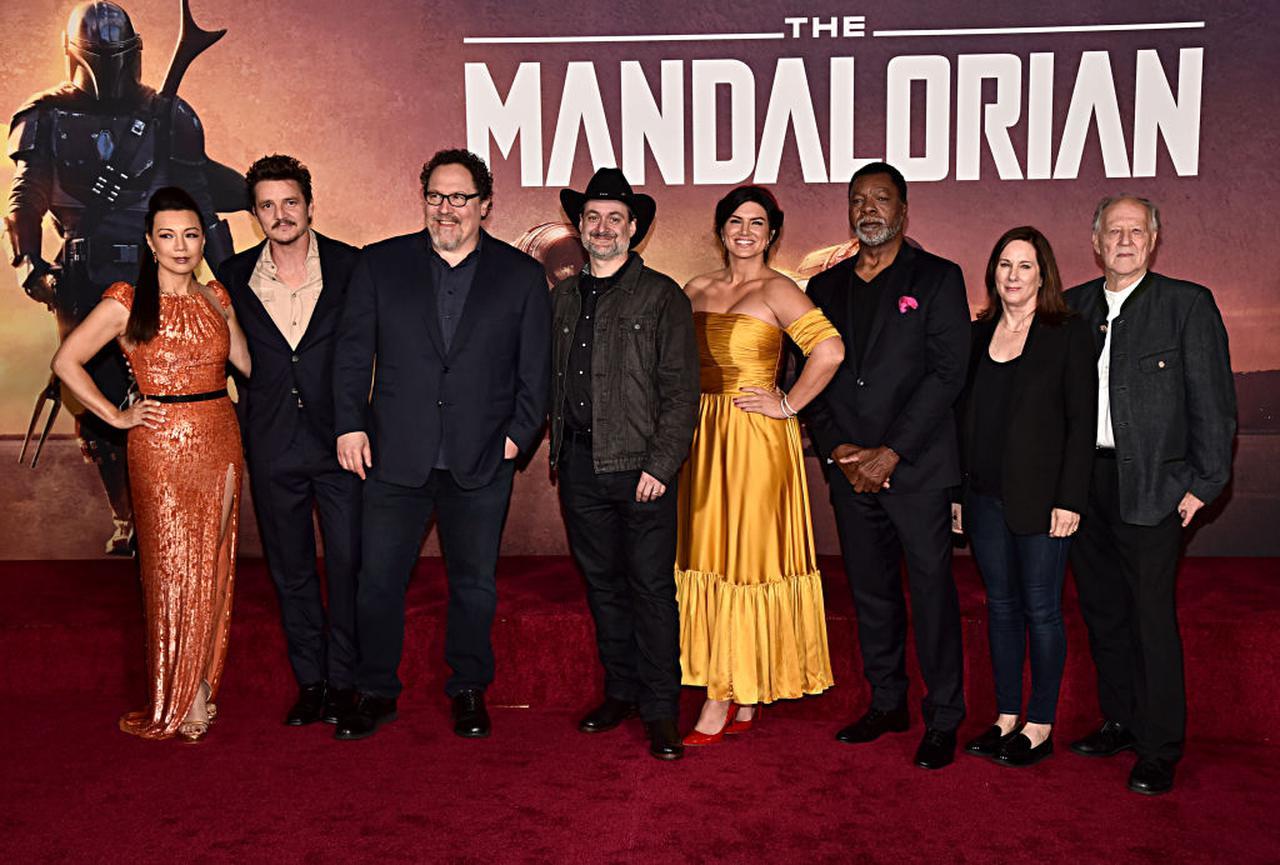 画像: シーズン1のプレミアにて、エグゼクティブ・プロデューサーのジョン・ファヴローを囲む『マンダロリアン』のキャストたち。