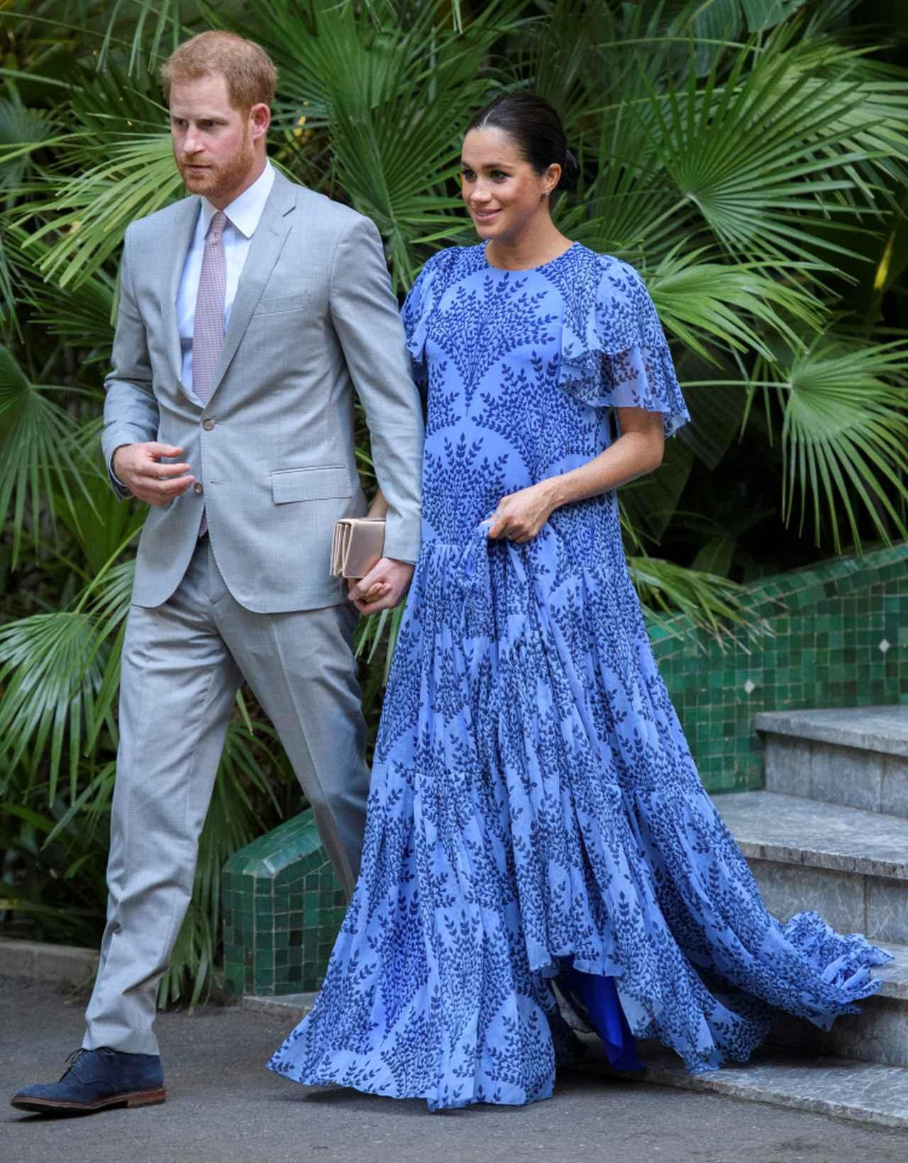 画像: メーガン妃は、まだイギリス王室の高位王族として活動していた2019年2月のモロッコ訪問の際にもキャロリーナ・ヘレラのドレス(妊娠報告写真とは同一ではない)をマタニティウェアとして着用していた。