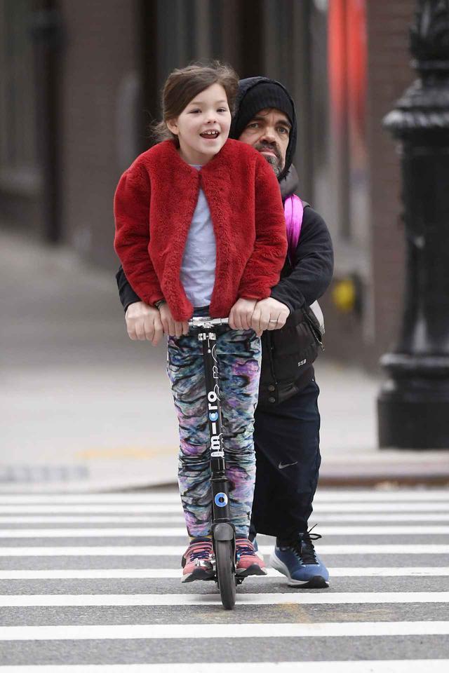 画像: アメリカのニューヨークで、娘と一緒にキックボードに乗っている姿がたびたび目撃されているピーター・ディンクレイジ。
