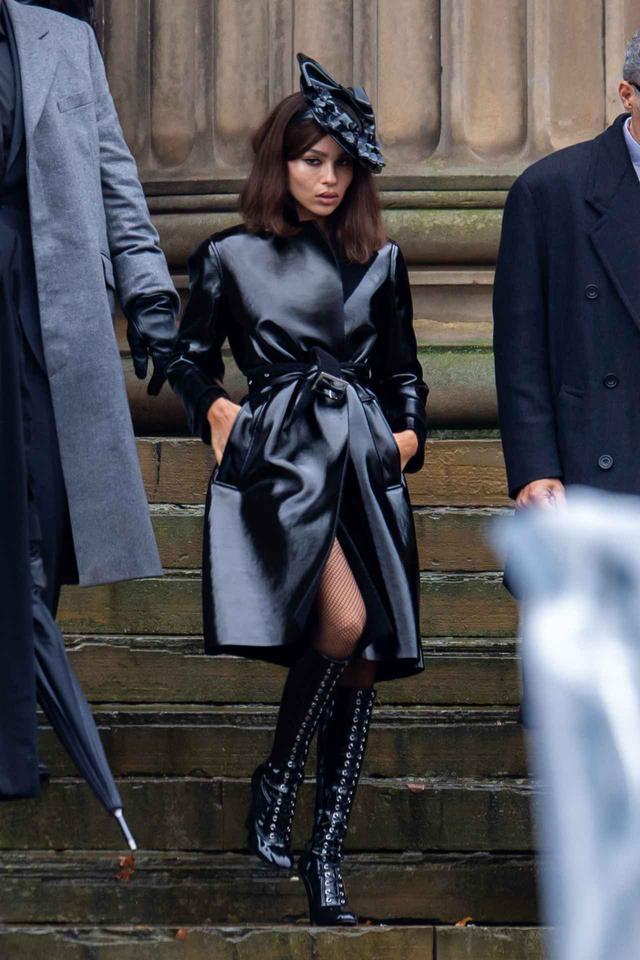画像: 10月にロンドンで目撃された『ザ・バットマン』撮影中のゾーイの姿。
