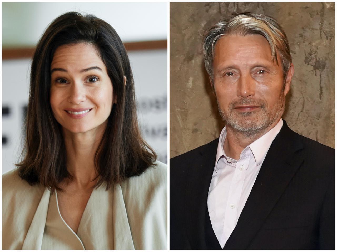 画像: ティナ役のキャサリン・ウォーターストン(左)とグリンデルバルド役のマッツ・ミケルセン(右)。
