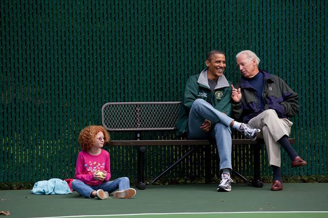 画像: 副大統領だった2012年、オバマ元大統領とキャンプ・デービッド内にあるテニスコートで行なわれた試合を観戦するバイデン氏。