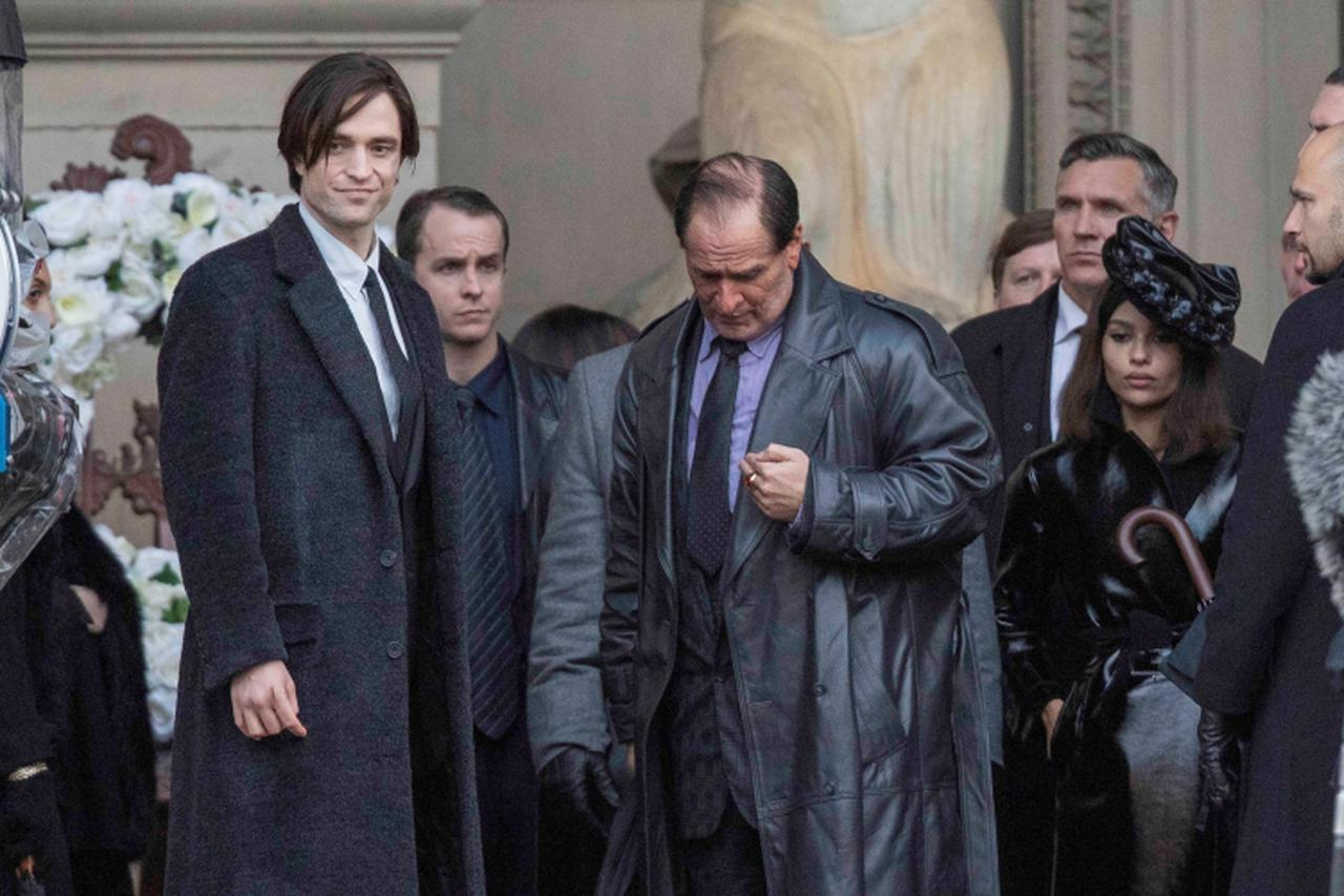"""画像: 『ザ・バットマン』で共演するロバート(左端)とゾーイ。中央は""""ペンギン""""に扮したコリン・ファレル。"""
