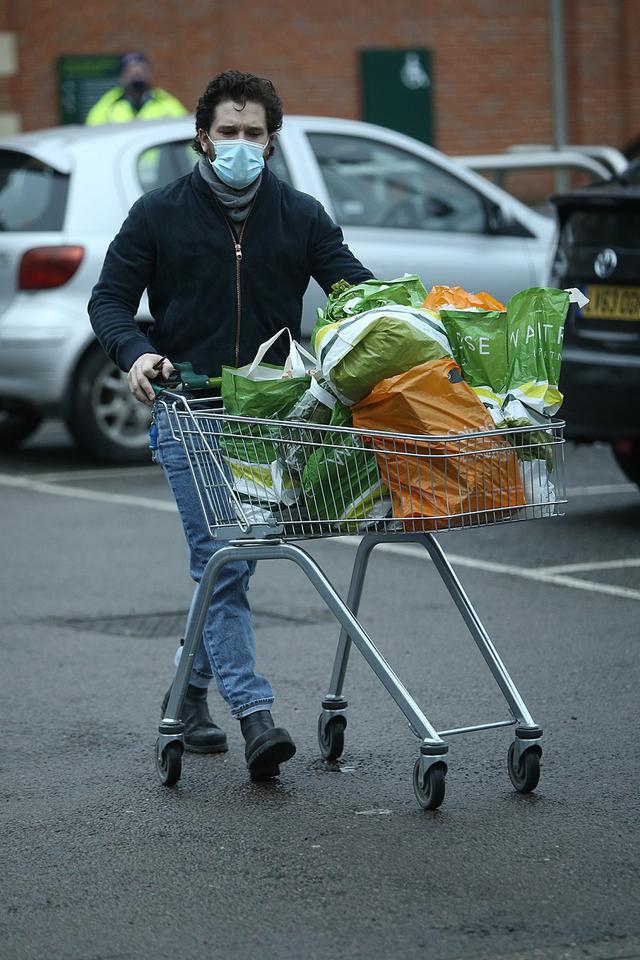 画像1: キットが1人で買い出しに出かける姿が目撃されたばかり