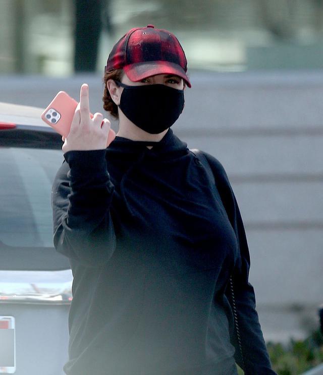 画像: 解雇が報じられた数日後、パパラッチに中指を立てるジーナ。