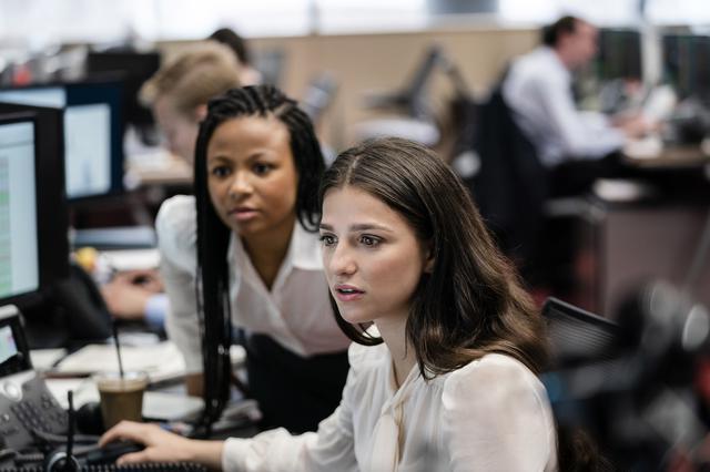 画像: 上にあがるためならば手段を選ばないハーパー(左)は家族や学歴の秘密を抱えている。先輩や上司の使いっ走りにされているヤスミン(右)は職場と性生活でフラストレーションを溜めている。