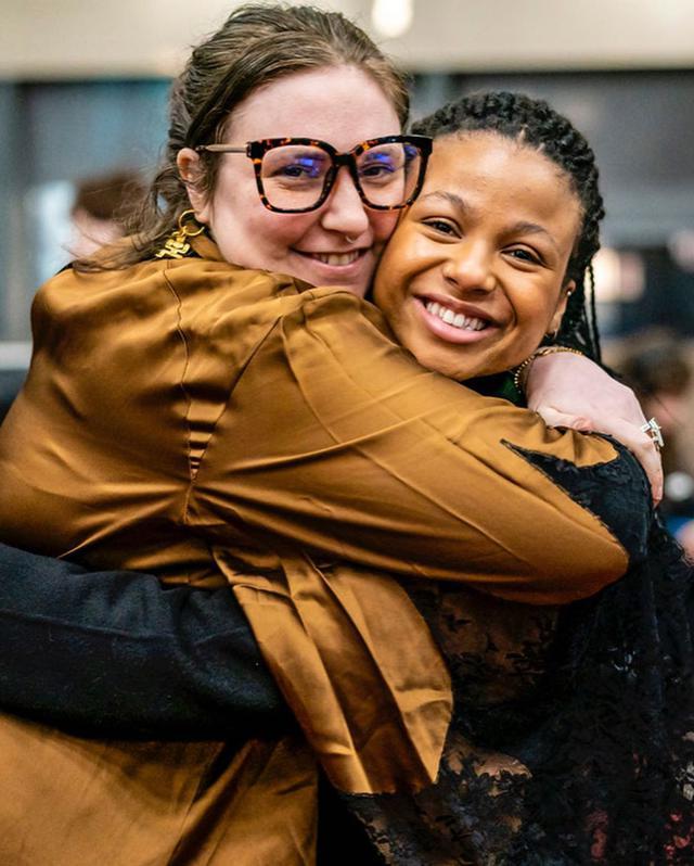 画像: 撮影現場でのレナ・ダナム(左)。レナが本作を監督したことを報告したインスタグラムの投稿には、ジェニファー・アニストンやルーシー・ヘイルといった俳優たちもいいねで反応した。©︎Lena Dunham/Instagram