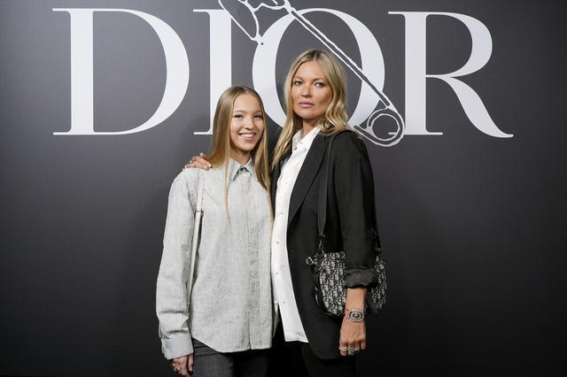 画像: ディオールのショーに共に出席したライラ・グレース(左)とケイト・モス(右)。