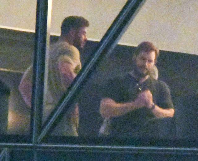 画像: 映画『マイティ・ソー:ラブ&サンダー』のキャストやスタッフが滞在するホテルで再会を果たした、クリス・ヘムズワース(左)とクリス・プラット(右)。