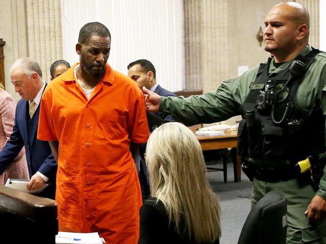 画像: 法廷に立つR.ケリー。