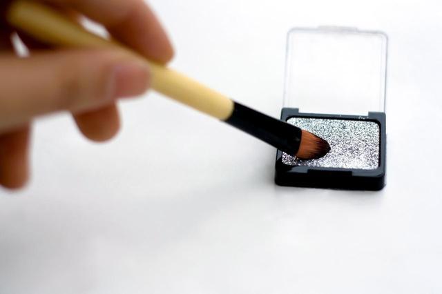 画像1: 割れたアイシャドウを修復&再利用する方法