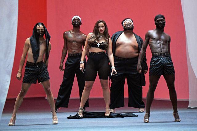 画像: リアーナによるSavage Fentyの2020年のファッションショーで、パフォーマーに抜擢されたロザリア。