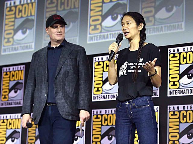 画像: ケヴィン・ファイギ氏(左)とクロエ・ジャオ監督(右)。