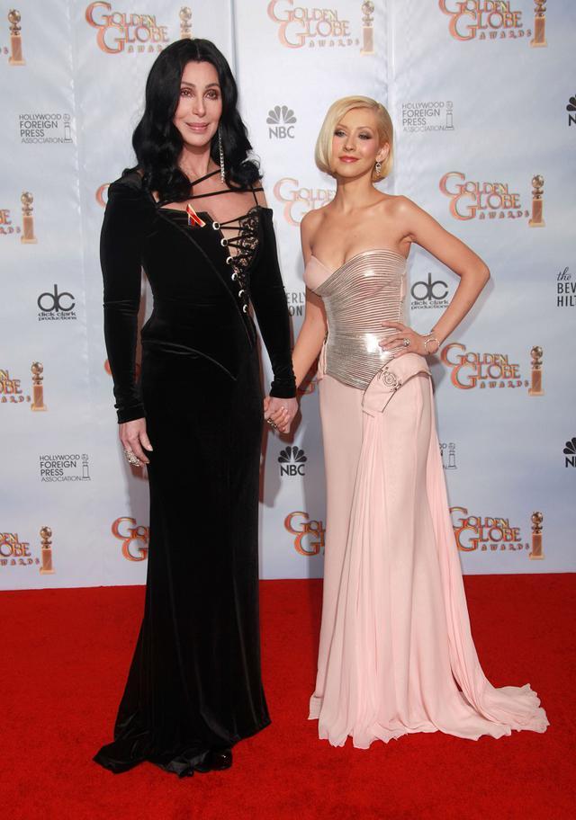 画像: 映画『バーレスク』に出演したシェールとクリスティーナ・アギレラ。2011年のゴールデン・グローブ賞のレッドカーペットにて。