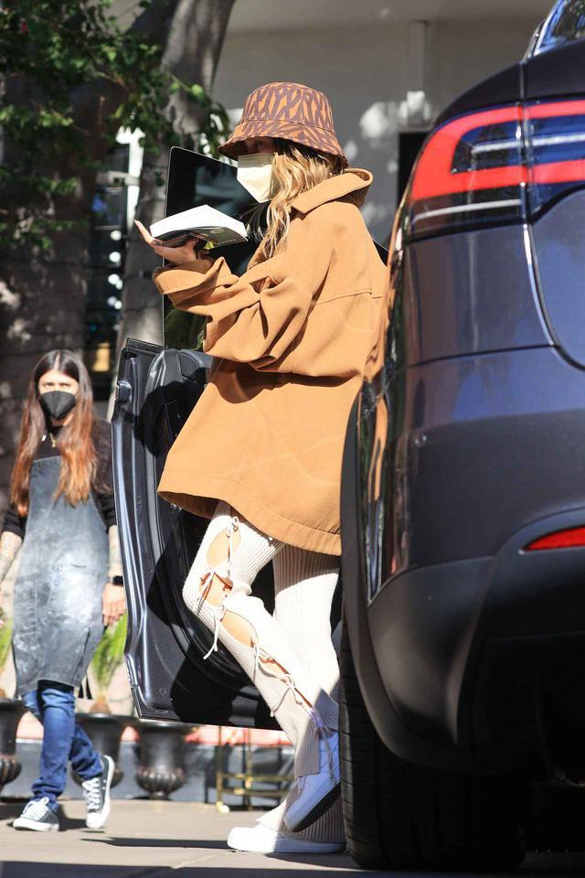画像: ヘイリー・ビーバーがIvy Parkのバケハを被る